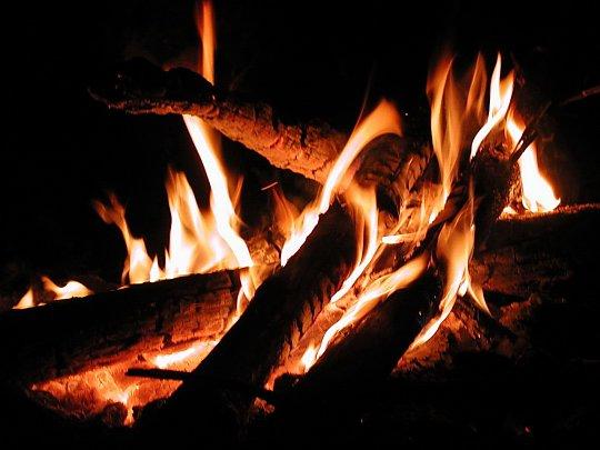 Foc-de-tabara-noaptea-cu-lemn_540